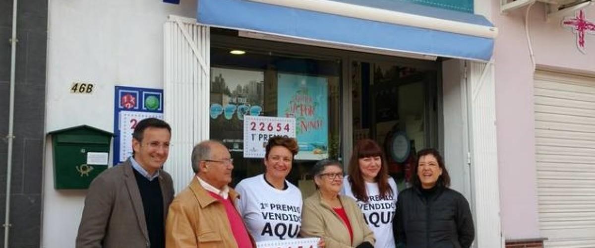 En Alhama de Murcia una librería reparte el primer premio de la Lotería del Niño