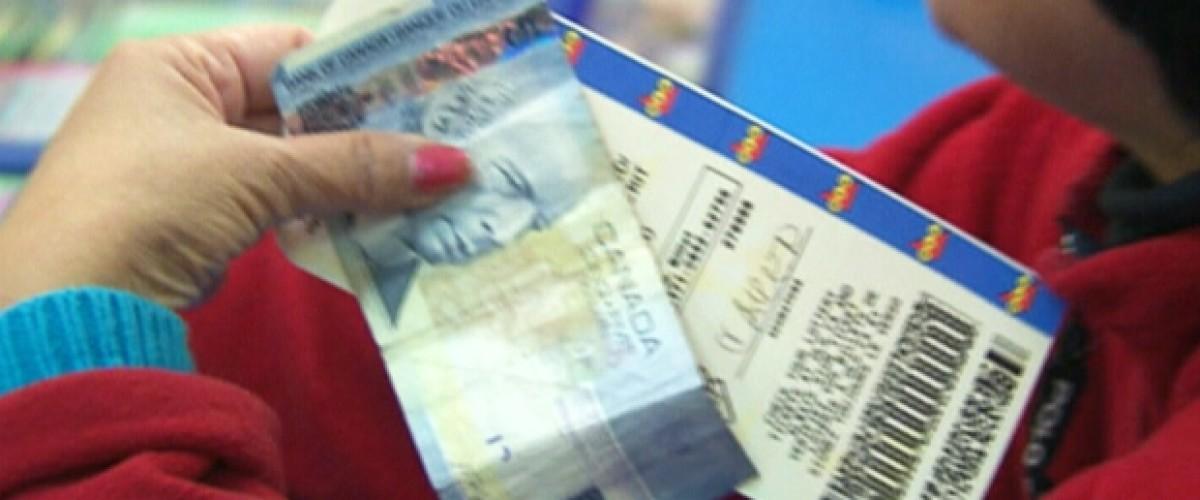 Tras 20 años jugando los mismos números, gana un millón de dólares en la Loto 649 canadiense
