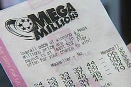 Una pareja reclama su millonario bote del Mega Millions