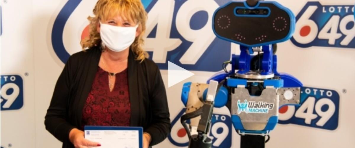 Robot entrega cheque de 6 millones a ganadora de la Loto 649