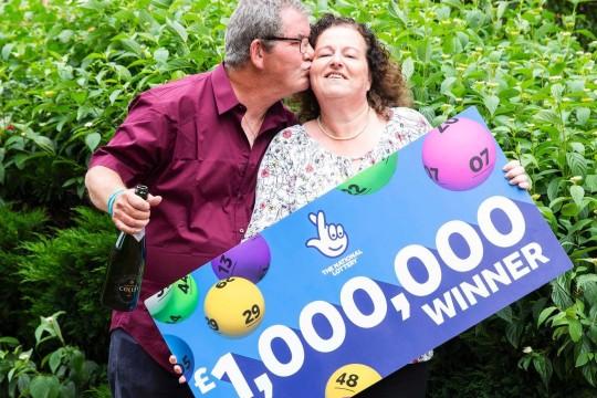 Gana un millón de libras en la Loto Británica tras ser despedido del trabajo