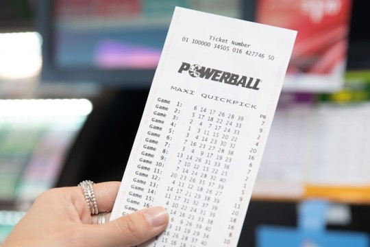 Un hombre encuentra un boleto premiado de la Powerball que había olvidado