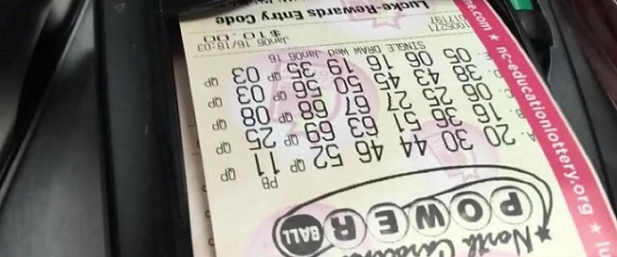 Un hombre de Carolina del Norte gana 1 millón de dólares en la Powerball tras dejar que su familia escogiera los números