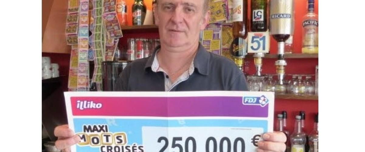 Il découvre l'affichette du Maxi-Mots Croisés gagnant dans un nouvel arrivage de jeux de grattage