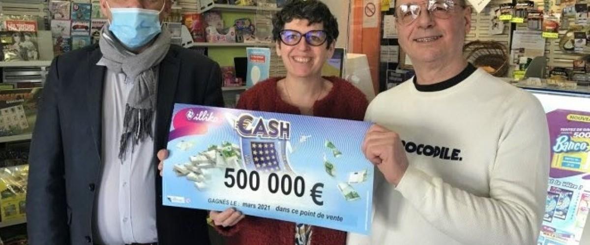 Assis dans sa voiture il gratte 500 000€ sur un ticket Cash