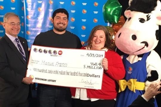 Il vincitore del jackpot al Powerball da 768 milioni condivide la sua fortuna con i passanti