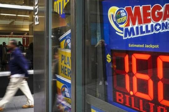 Vincitore dal Wisconsin ritira il jackpot al Mega Millions da 120 milioni