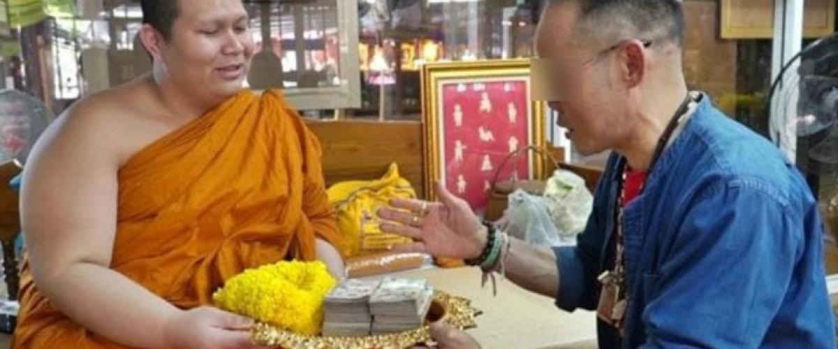 Vince alla lotteria e dona una parte al tempio tailandese